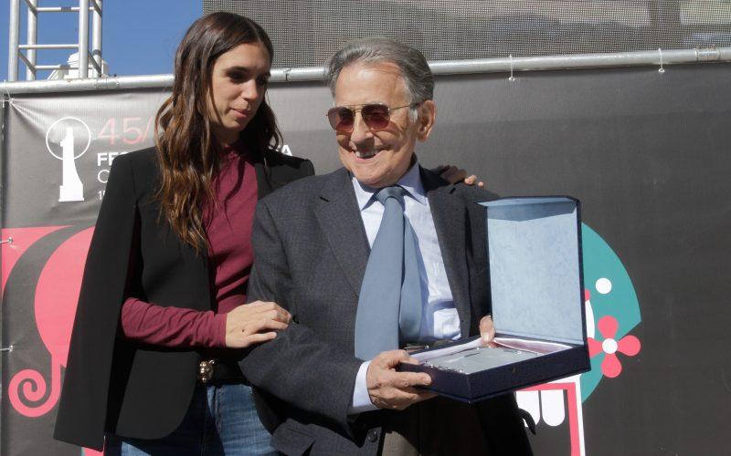 Cruz Delgado recibe emocionado el Premio Trayectoria del Festival